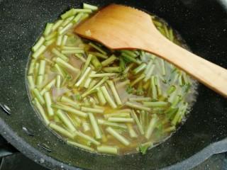 藜蒿烧豆腐,放入藜蒿煮开