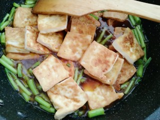 藜蒿烧豆腐,拌均匀后放入煎制好的豆腐