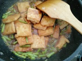藜蒿烧豆腐,煮两分钟入味收汁即可
