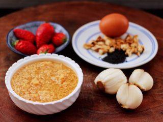 草莓酒酿百合鸡蛋羹,首先备齐所有的食材。