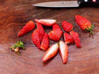草莓酒酿百合鸡蛋羹,<a style='color:red;display:inline-block;' href='/shicai/ 592/'>草莓</a>洗净后,去掉草莓蒂,用刀切成块。