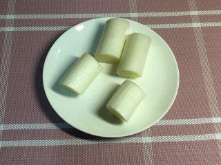 鲫鱼汤,大葱切段