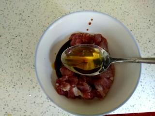 酱香肉沫四季豆,加入一勺料酒