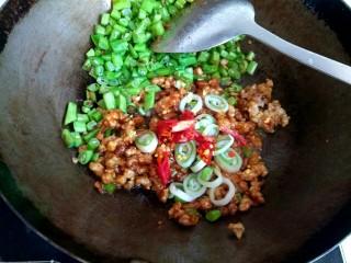 酱香肉沫四季豆,加入干红辣椒翻炒