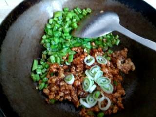 酱香肉沫四季豆,加入葱姜
