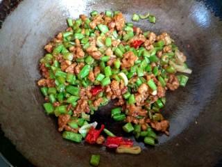 酱香肉沫四季豆,把四季豆肉沫大火翻炒均匀即可