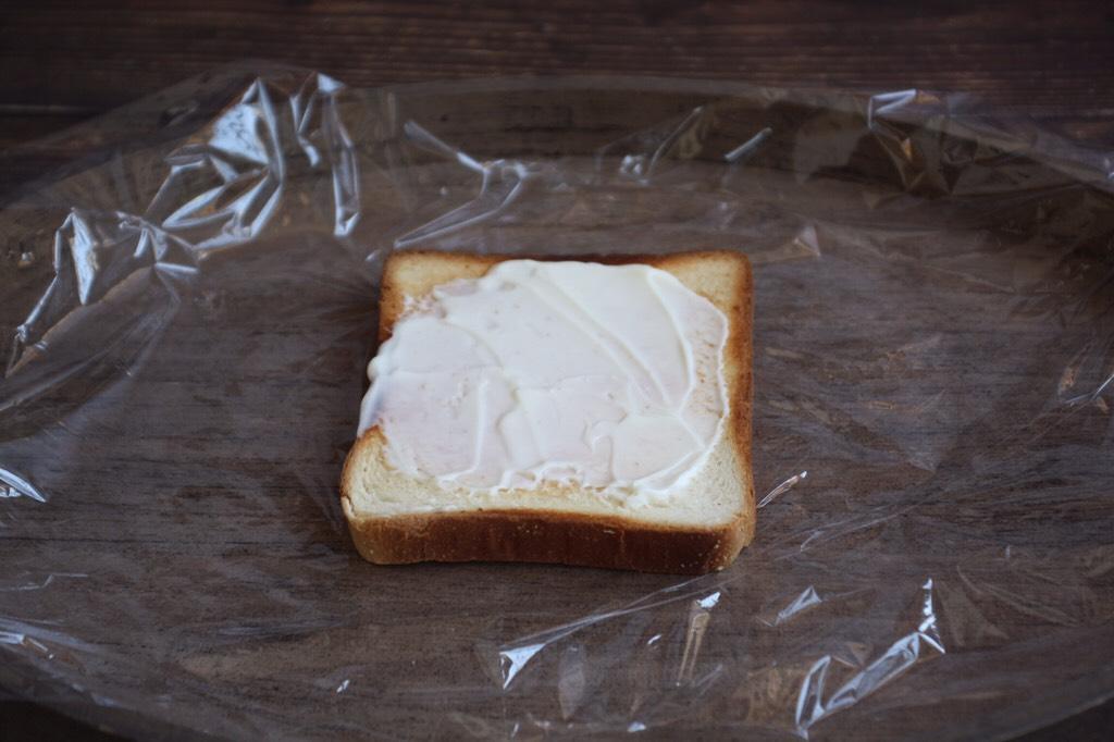 蒸烤鸡胸时蔬三明治(便携美食),抹上薄薄的一层沙拉酱。</p> <p>抹上适合你口味的酱,比如浓稠酸奶、番茄沙司、花生酱……