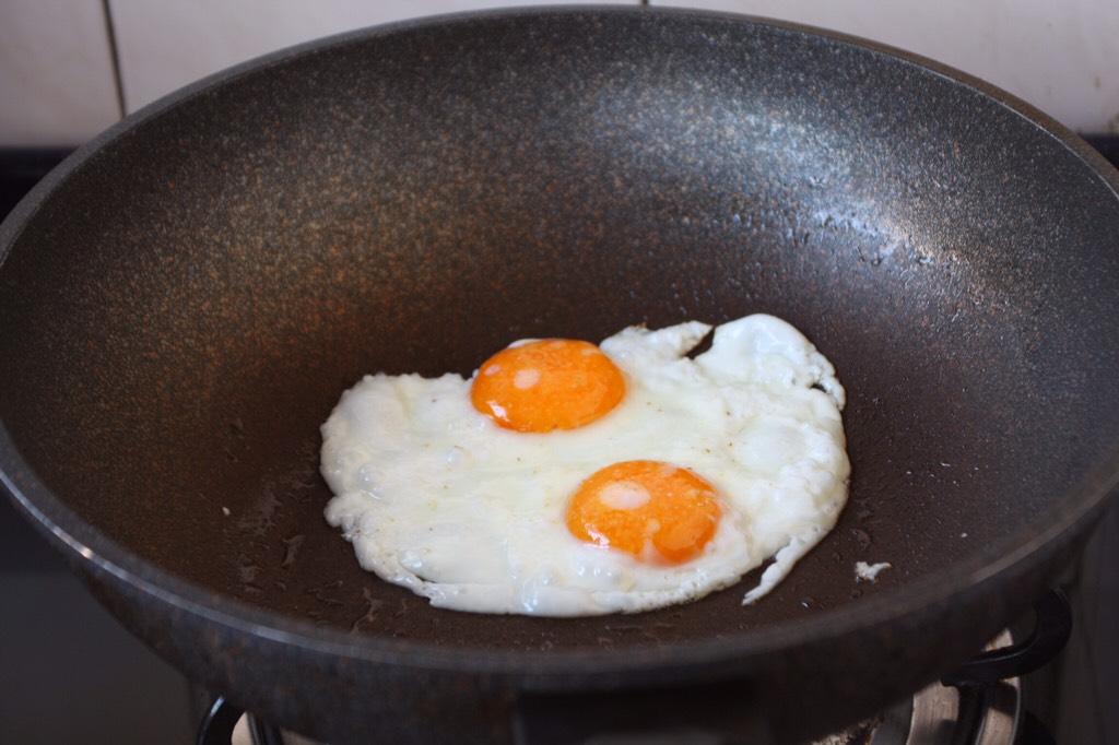 蒸烤鸡胸时蔬三明治(便携美食),将鸡蛋煎熟,盛出备用。</p> <p>煎鸡蛋时把锅烧热,放少许的油,撒少许的盐,然后磕入鸡蛋,将两面煎至金黄即可。