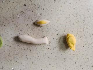 零色素卡通馒头可爱独角兽馒头,切大概2.5克白面团0.8克南瓜面团搓成两头尖的梭子形。将黄色面团叠在白色面团上,按压贴一起。(重量仅供参考)