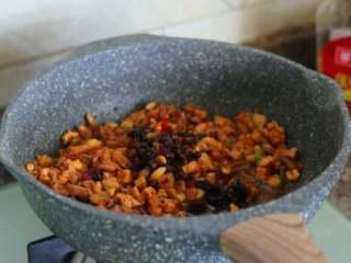 八宝辣酱,进行煸炒,并倒入海鲜酱。