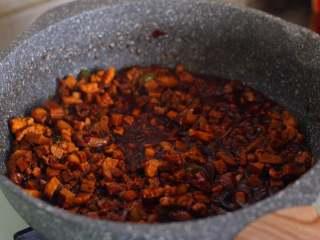 八宝辣酱,小火烧一会儿后,勾欠,然后倒入炸熟的花生米进行翻炒