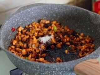 八宝辣酱,加入老抽和糖,水,小火烧开