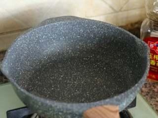八宝辣酱,另用一个干净的锅倒入花生油