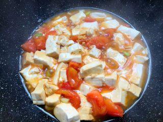 番茄烧豆腐,豆腐焖好以后,加入少许鸡精翻炒均匀,即可出锅。
