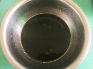 豆沙青团,然后将煮好的艾叶放料理机打碎,过滤出需要的艾叶汁,称好重量哦