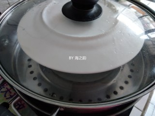 烫面蒸蛋糕,用盘子盖住模具,放入已经烧开水的蒸锅里,用中火蒸50钟左右