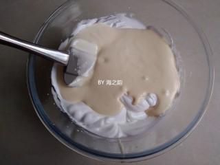 烫面蒸蛋糕,拌好的蛋糕糊,倒回剩余的蛋白霜里