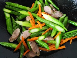 香肠炒芦笋,翻炒均匀后加入胡萝卜丝
