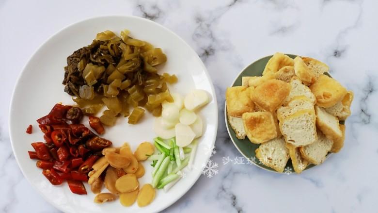酸菜油豆腐烧肥肠,将各种配菜切成如图所示。