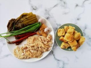酸菜油豆腐烧肥肠,准备材料如图。