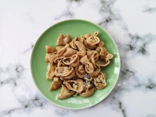 酸菜油豆腐烧肥肠,肥肠压好后切成小段备用。