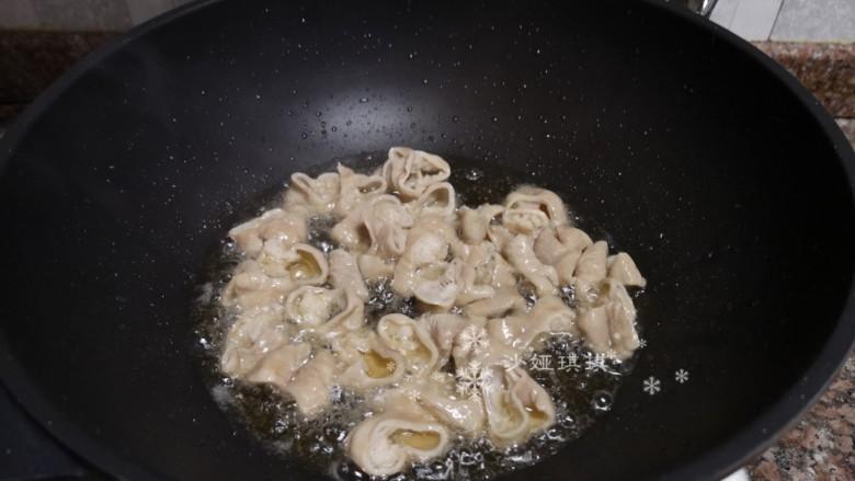 酸菜油豆腐烧肥肠,放入肥肠煸干水份。