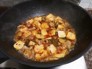 酸菜油豆腐烧肥肠,倒入适量清水大火煮开转小火煮至汤汁浓稠即可出锅。