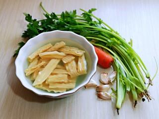 蒜蓉腐竹炒芹菜,准备食材,腐竹提前冷水泡发。
