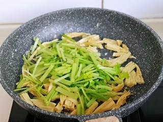 蒜蓉腐竹炒芹菜,加入芹菜翻炒均匀。