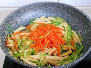 蒜蓉腐竹炒芹菜,再加入切好的胡萝卜丝翻炒均匀。