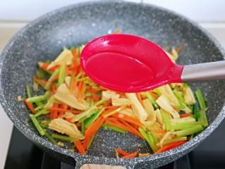 蒜蓉腐竹炒芹菜,最后加入一小勺纯净水,翻炒2分钟关火。