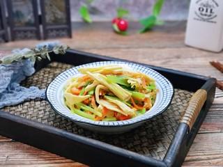 蒜蓉腐竹炒芹菜,盛出装盘,色彩搭配的一道家常菜。