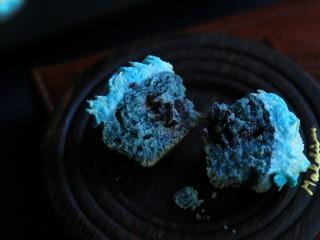 蝶豆花麦芬杯,切开一个看看,我是一个好吃的蓝精灵。娃一口一个哈哈。