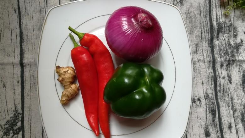 排骨怎样做好吃~生炒排骨,准备青红辣椒,洋葱和姜块