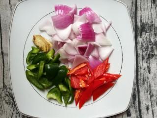 排骨怎样做好吃~生炒排骨,把洋葱,青红椒清洗干净切三角块备用