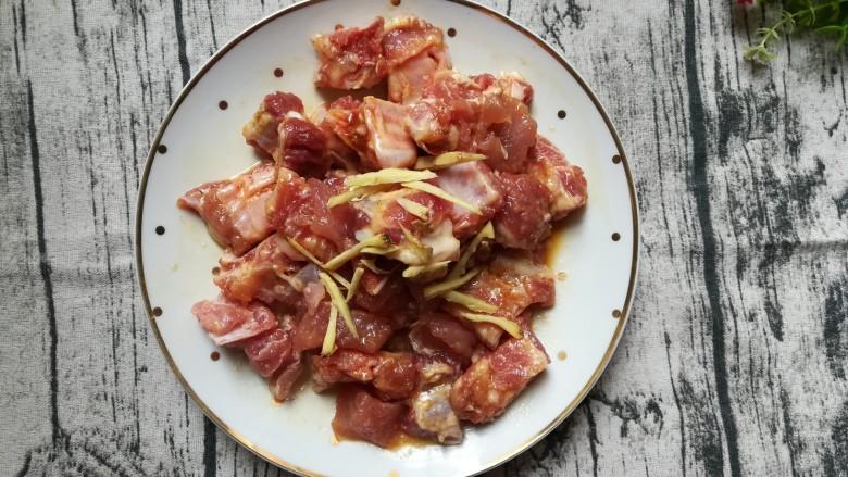 排骨怎样做好吃~生炒排骨,放入姜丝和少许盐,鸡精搅拌好放入冰箱,腌制三个小时