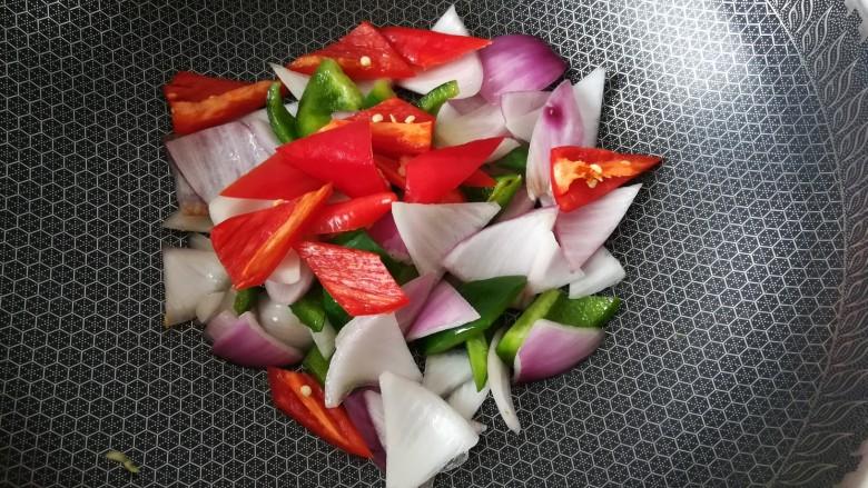 排骨怎样做好吃~生炒排骨,将红辣椒放入,下适量的盐煸炒