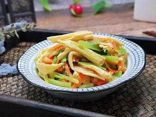 蒜蓉腐竹炒芹菜,特别清爽的一道快手小菜,简约而不简单。