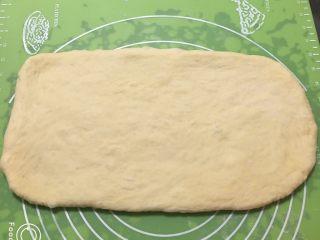 红枣吐司面包,将面团擀成长方形,宽度跟吐司盒一样。