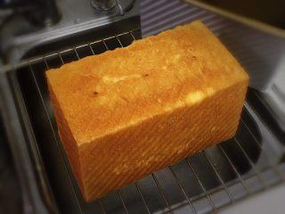 红枣吐司面包,烤完立即脱模放凉。