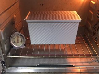 红枣吐司面包,烤箱预热至190度,烤至40分钟。