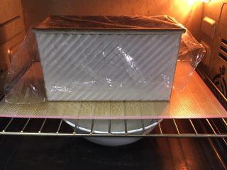 红枣吐司面包,送入烤箱两次发酵,方法同上也是60分钟。