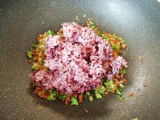 杂粮蔬菜饭团,将杂粮饭倒入炒好的蔬菜里面。