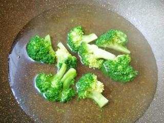 杂粮蔬菜饭团,西兰花掰小朵用淡盐水泡10分钟左右,冲洗干净焯水至变色捞出。