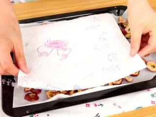 自制山楂粉,清洗干净的山楂干,铺入油纸上,用厨房纸吸掉多余的水分  tips:厨房纸吸掉多余的水分,这样可以减少烘烤的时间
