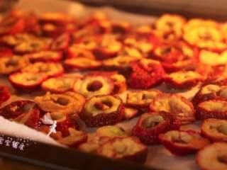 自制山楂粉,放入烤箱中层,上下管90度,烘烤干即可  tips:也可以自然晾干    另外,烤箱由于是低温烘烤,也不会耗太多电的
