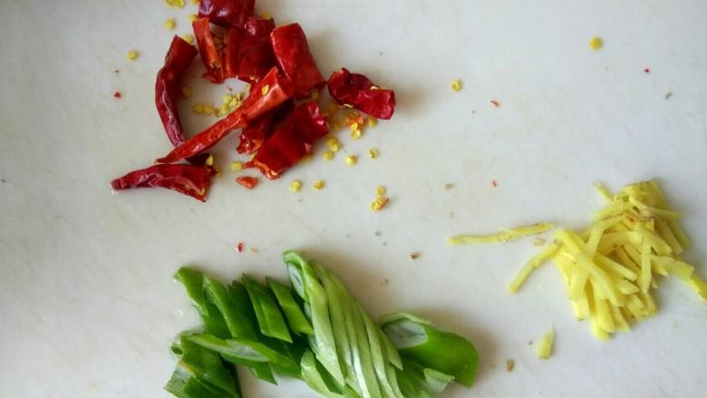 鱿鱼须小白菜粉丝汤,葱切片,姜切丝,干红辣椒切小段