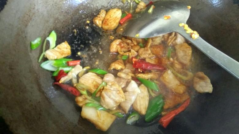 鱿鱼须小白菜粉丝汤,加入两勺生抽翻炒