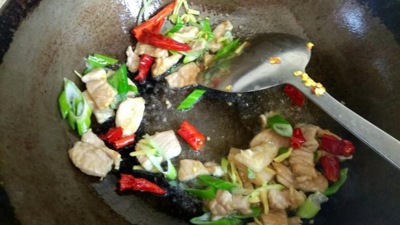 鱿鱼须小白菜粉丝汤,翻炒均匀
