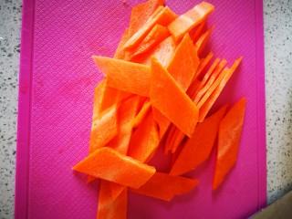 混炒素菜,胡萝卜切菱形块